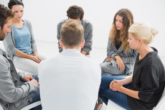 terapia-grupal-en-sesion-sentada-en-circulo_13339-17636