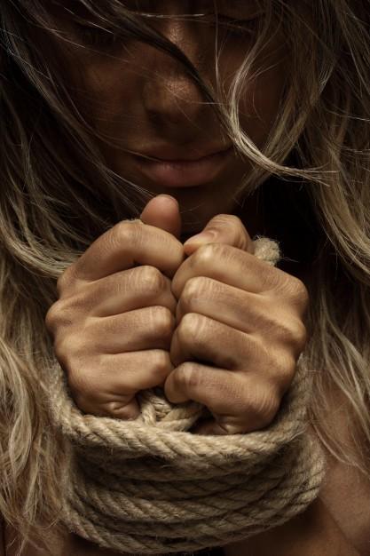 mujer-rubia-con-las-manos-atadas_1122-685